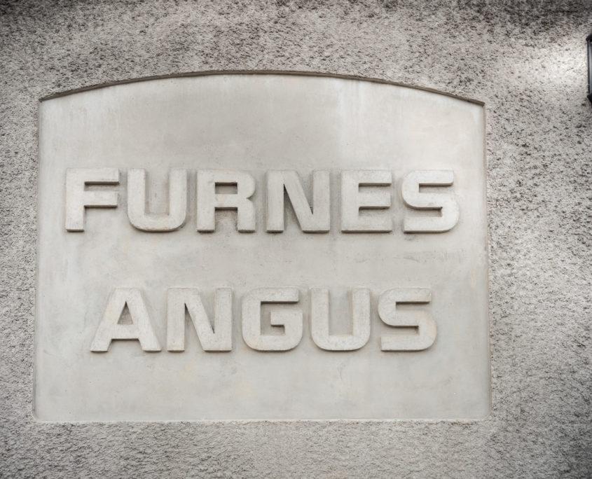 Vegg med skrifta Furnes Angus